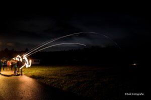 Feuer und Flamme: mit Pfeil und Bogen dem Himmel entgegen.
